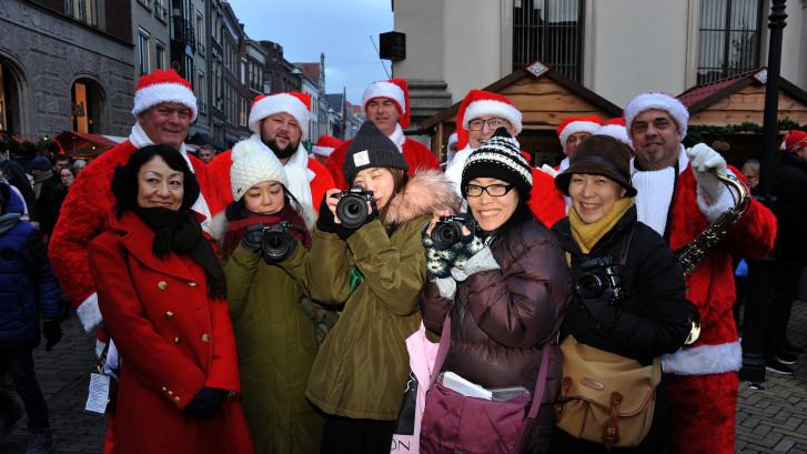 Japanse journalisten bezoeken Dordtse kerstmarkt: 'Heel indrukwekkend'