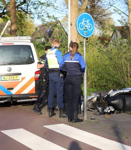 Scooter gaat onderuit en raakt zwaar beschadigd, gewonde bestuurder slaat op de vlucht