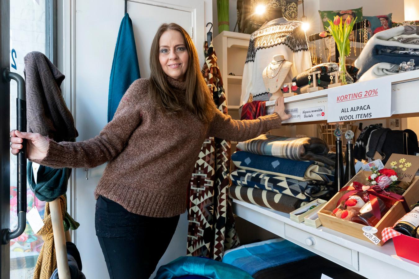 Noelia Zavala in haar winkel, nu het nog kan