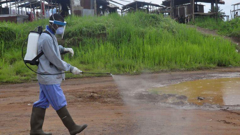 Er wordt gedesinfecteerd rond het huis waar deze week een jongen aan ebola overleed Beeld ap