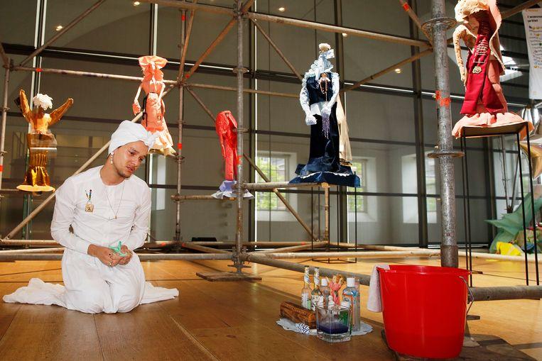 Winnaar Darwin Winklaar, met zijn installatie in de Hermitage. Beeld Peter Stigter