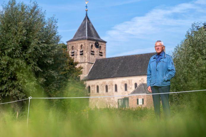 Jan Loos bij de White Ribbon Mile. Hij vertelt deze week aan Oosterbeekse basisschoolleerlingen wat hij heeft meegemaakt tijdens de Tweede Wereldoorlog.