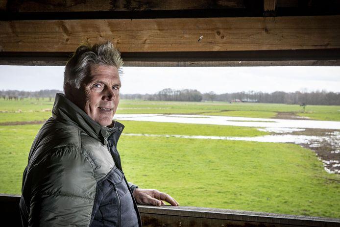 Herman Nieuwe Weme bij de vogelobservatiehut met op de achtergrond het weidevogelgebied.