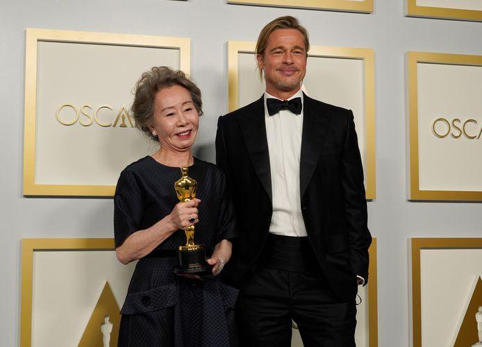 Youn Yuh-Jung, meilleure actrice dans un second rôle, a fait du charme à Brad Pitt.