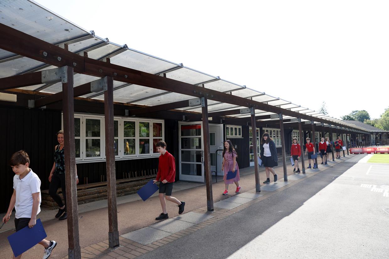 Leerlingen van de Watlington basisschool mogen vandaag weer achter de schoolbanken kruipen.  Beeld REUTERS