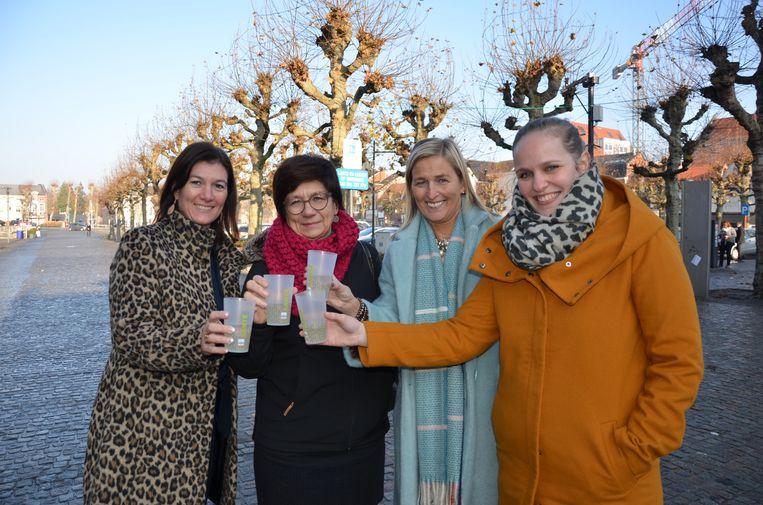 Annick Maes (IDM), schepenen Van Hoorick en De Waele en evenementencoördinator Charlotte Inghels klinken met herbruikbare bekers op de komende kerstmarkt.