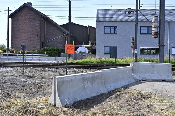 In afwachting van een definitievere afsluiting, wordt de overweg aan de Hopveldweg nu versperd met betonblokken.