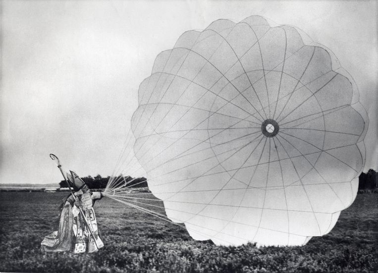 In 1931, dus nog voor de eerste officiële intocht in de stad, landde de Sint met een parachute. Beeld Hollandse Hoogte