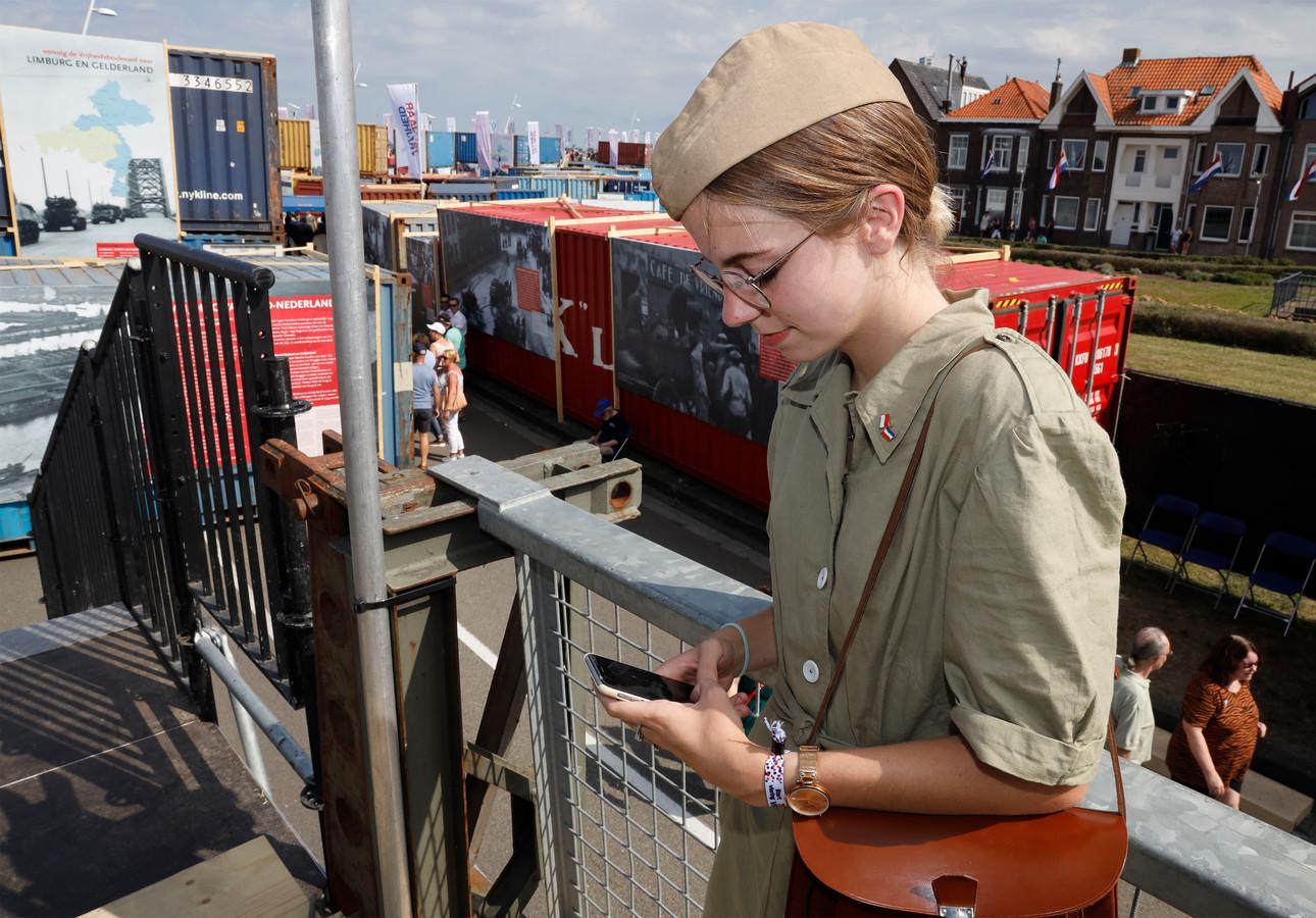 Chloë Vergeer, Canadese voor één dag, bij de ingang van de uit tachtig zeecontainers opgebouwde Vrijheidsboulevard.