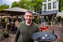 De lente mag wat laat op gang komen, de terrassen zaten zo vol als dat mocht. Hans Huberts van café Persee in Deventer serveerde 'gewoon' rosé.