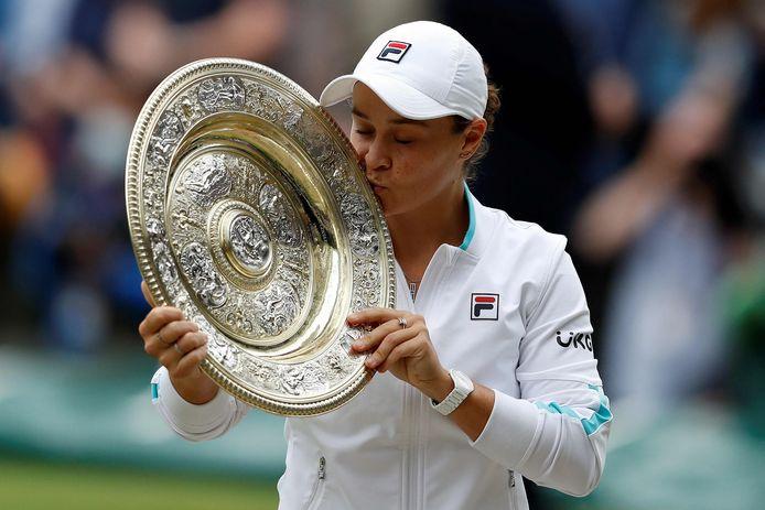 Ashleigh Barty kust de Wimbledon-trofee.