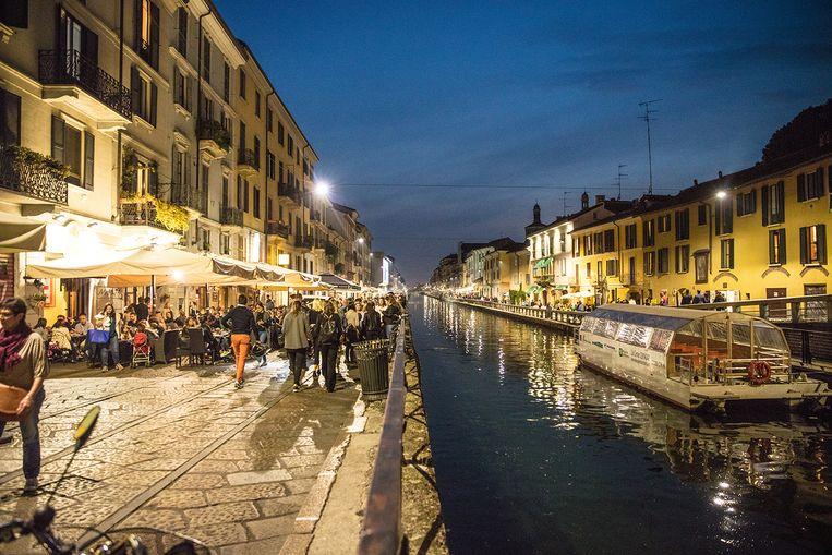 's Avonds omstreeks 19u gaan de Milanezen massaal de straat op om te aperitieven. Beeld Piet De Kersgieter