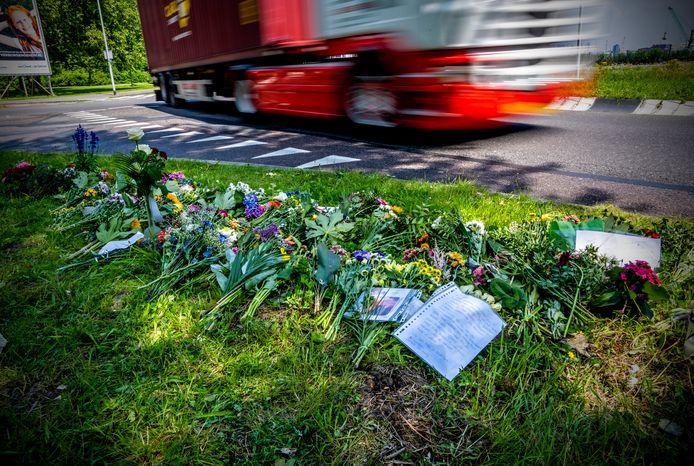 Bloemen vlakbij de plek waar motoragent Arno werd doodgereden door vrachtwagenchauffeur M.