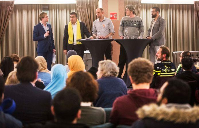 Uiterst rechts Cemil Yilmaz van Nida, op deze foto van februari vorig jaar in Transvaal in debat met de hoofdrolspelers van de huidige politieke crisis: Rachid Guernaoui (met gele sjaal) en rechts naast hem VVD-fractievoorzitter Frans de Graaf en GL-fractievoorzitter Arjen Kapteijns