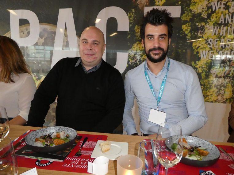Alexander Brouwer, chef van het duurzame hotel QO Amsterdam, en David Bakker (Restaurantkrant) met biefstuk van duurzaam hert in plaats van rund. Beeld Hans van der Beek
