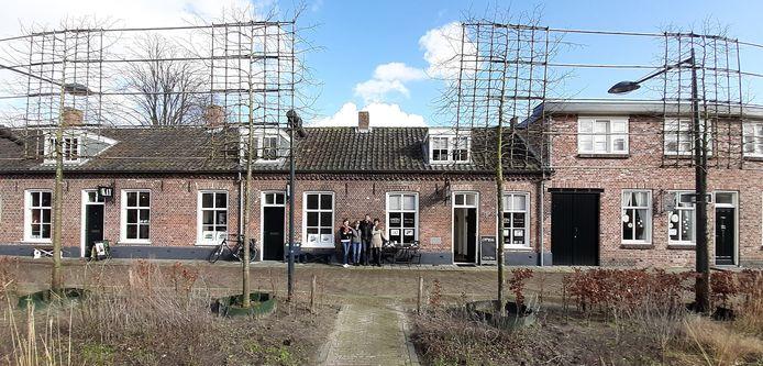 In de Hooisteeg, het kunstenaarsstraatje langs de stadstuin in Waalwijk, komen binnenkort drie ateliers vrij.