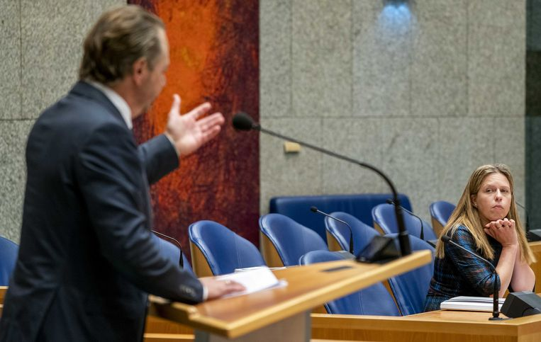 Minister Carola Schouten van landbouw luistert naar Barry Madlener (PVV) tijdens het plenair debat in Tweede Kamer over de begroting van Landbouw, Natuur en Voedselkwaliteit.  Beeld ANP