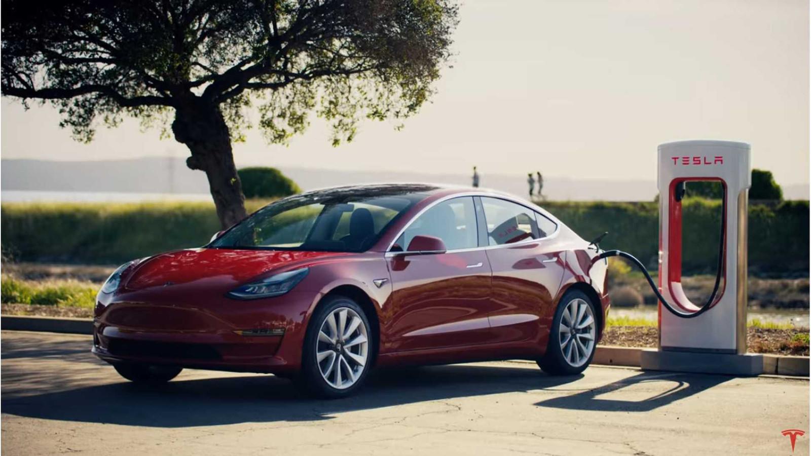 Tesla Model 3 bij een Supercharger.