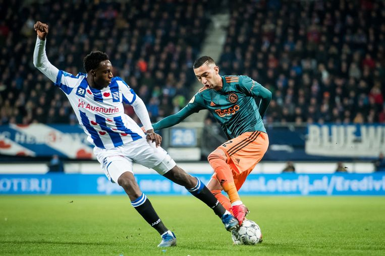 Hakim Ziyech (r) is door Ajax voor 40 miljoen euro verkocht aan Chelsea. Links Rodney Kongolo van Heerenveen, in de wedstrijd begin maart.  Beeld ANP Sport