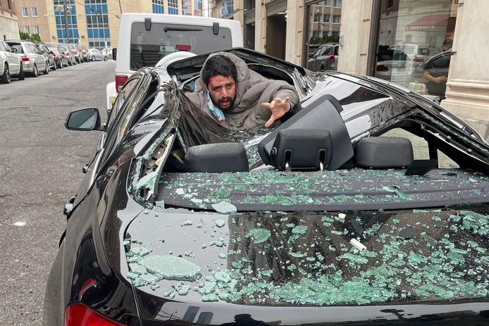 Un homme a sauté d'un immeuble de neuf étages et a traversé le toit d'une BMW avant de s'en sortir avec un simple bras cassé.