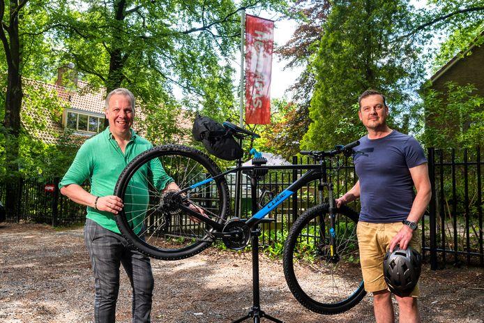 Mountainbikeverhuurder Reinout (rechts) is een samenwerking begonnen met Han van den Heuvel van Stayokay