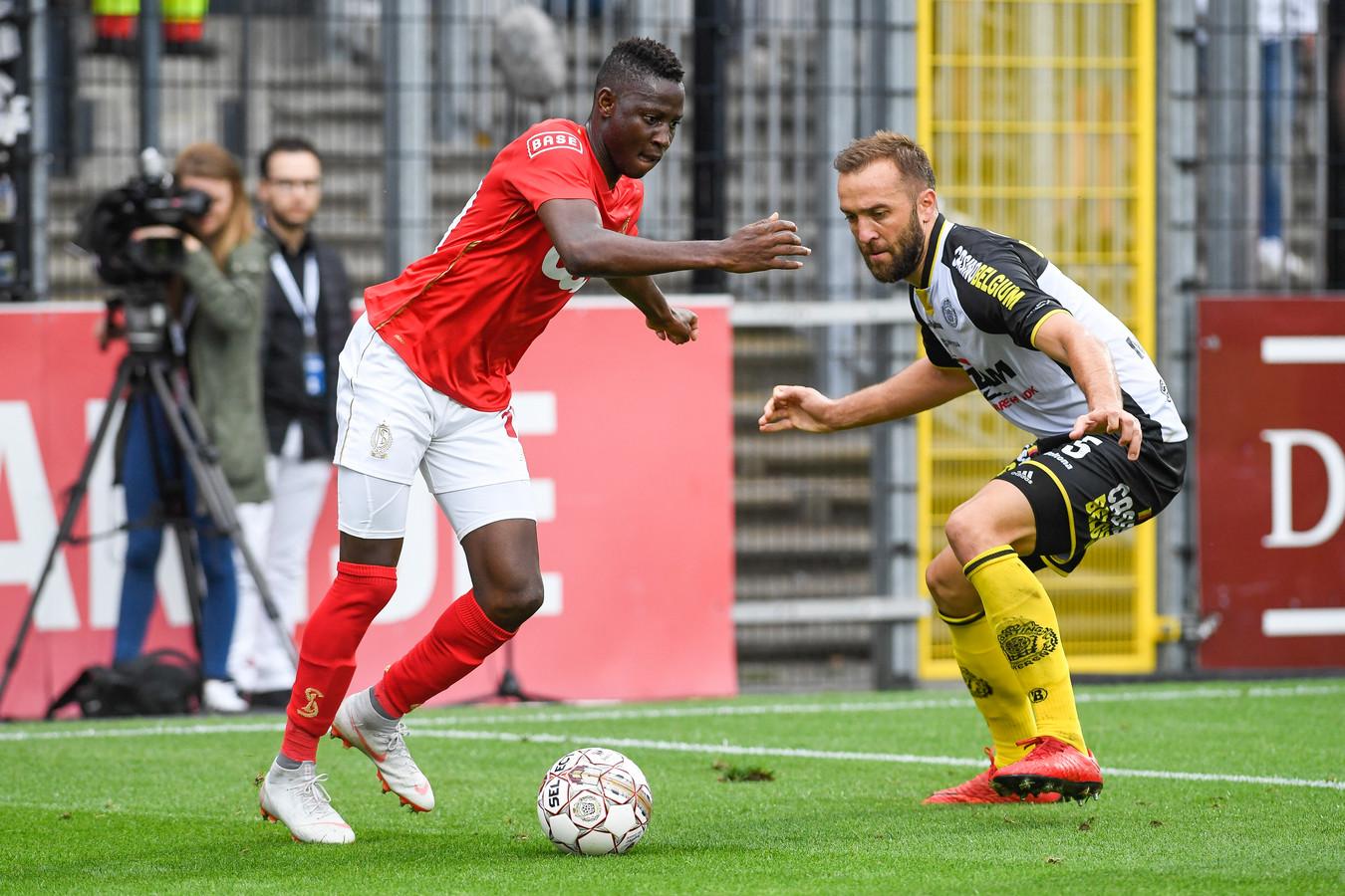 Mijat Maric (rechts) probeert Moussa Djenepo af te stoppen in het duel van vorige zaterdag tegen Standard.