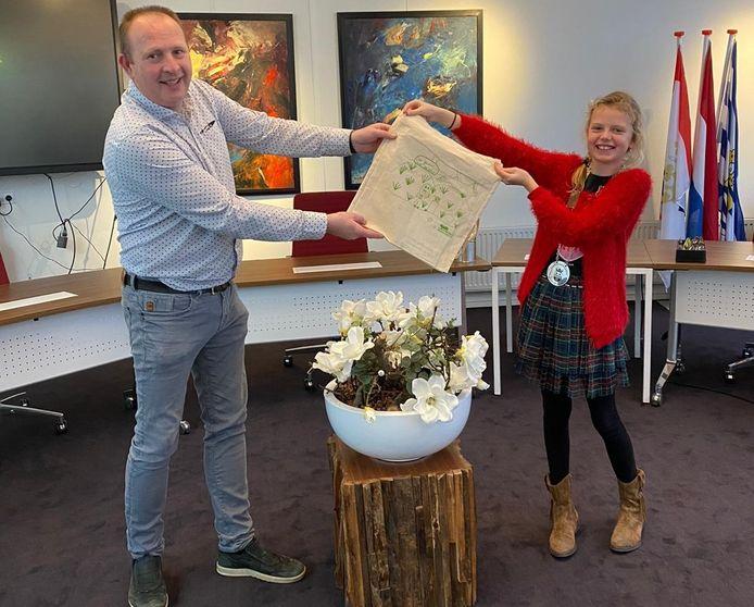 Gert-Jan Clement van de AH in Kamperland en kinderburgemeester Mares de Regt tonen het milieuvriendelijke herbruikbare tasje.