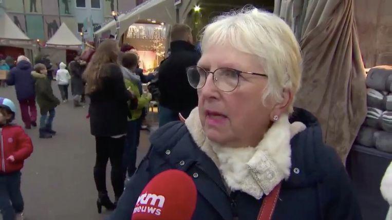 Suzanne voor de microfoon van VTM Nieuws, op de kerstmarkt van Leuven. Beeld VTM