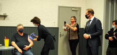 Minister De Jonge rijdt naar geboorteplaats Bruinisse voor prikprimeur AstraZeneca