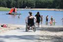 Het Hulsbeek beschikt sinds twee weken over een rolstoelpad. Op de foto: Leah Nobbenhuis