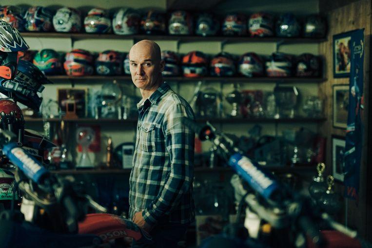 Stefan Everts in zijn garage in Lummen. Beeld Illias Teirlinck