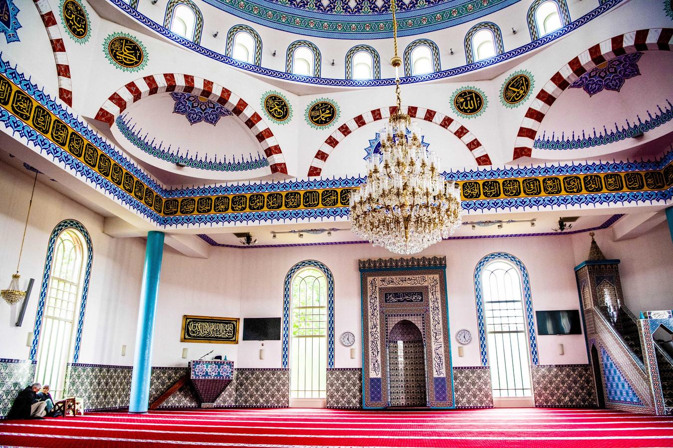 Foto ter illustratie. De gebedsruimte van de moskee Mevlana.
