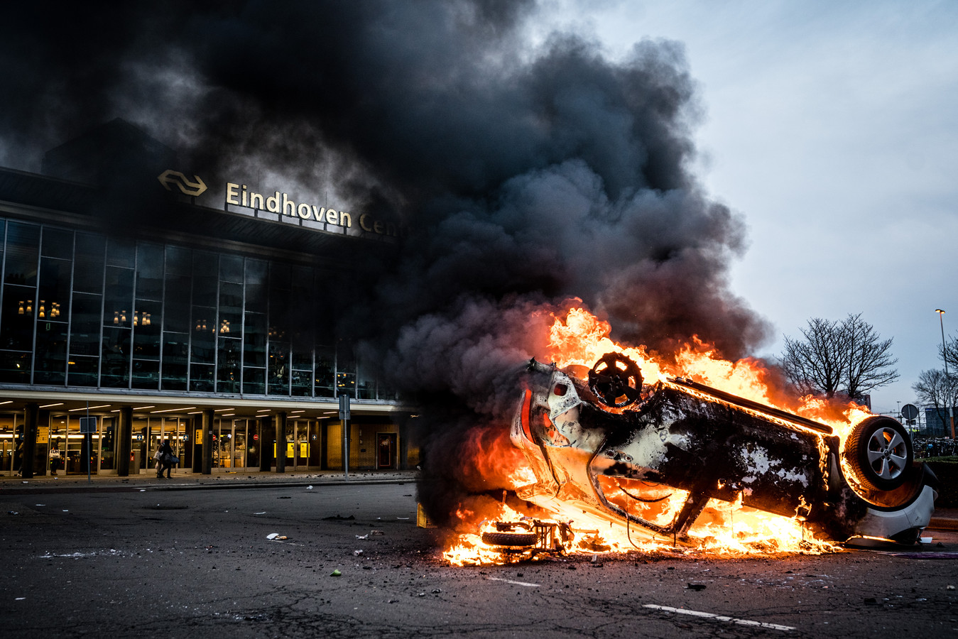 EINDHOVEN - Demonstranten worden de Mobiele Eenheid van het 18 Septemberplein verwijderd.