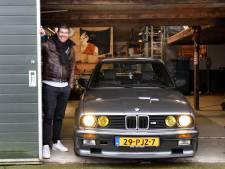 Stefan (34) moet door brand beschadigde oldtimer nog opknappen: 'Dit jaar ga ik donaties in auto steken'