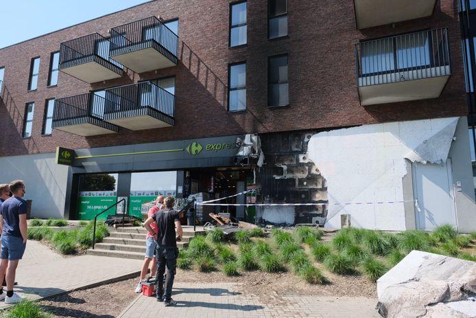 De schade aan de gevel van de supermarkt in Diegem is groot.