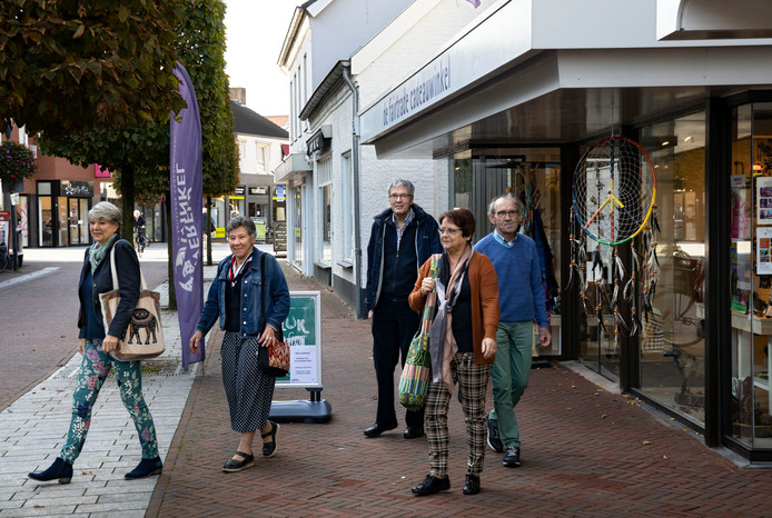 V.l.n.r: Nelly van Leuken, Annie Naus, Carole Koster, Jacques Moors en Frans Heussen. Allemaal vrijwilligers die in de winkel staan, Jacques is voorzitter van stichting Wereldwinkel Deurne.