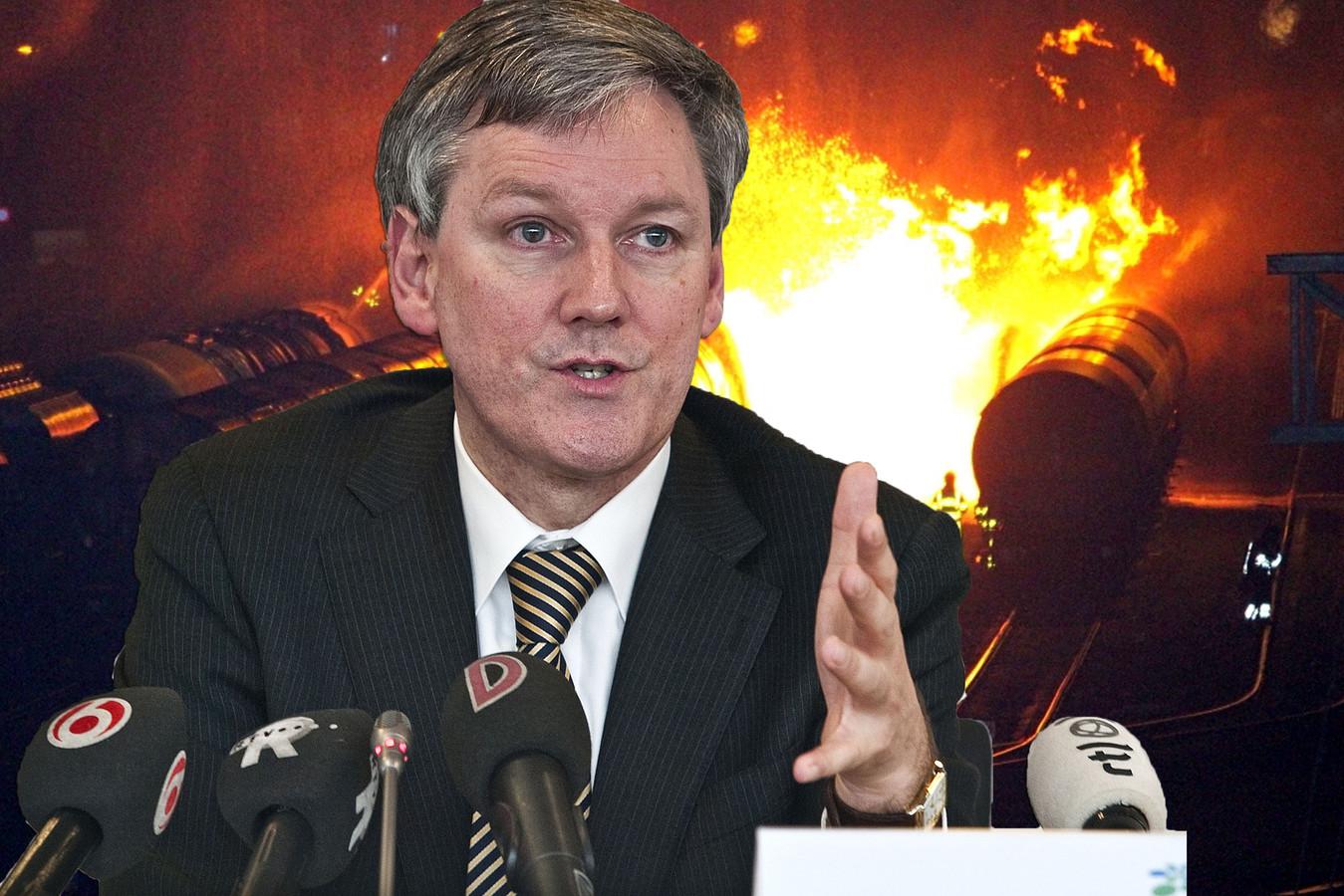 Toenmalig burgemeester Antoin Scholten spreekt voor de vaderlandse pers schande van de opstelling van ProRail.