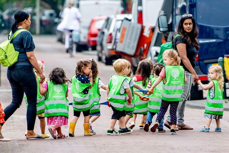 Kleuters steken de straat over in Den Haag. Beeld Robin Utrecht / ANP