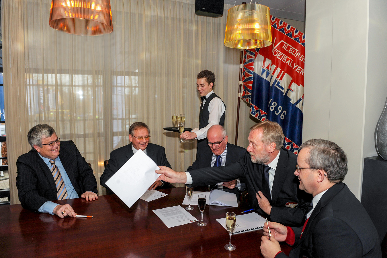 De ondertekening van een samenwerkingsovereenkomst tussen de bvo Willem II en de amateurs. Met geheel links Hans van Erven en tweede van rechts toenmalig Willem II-voorzitter Hans Verbunt.