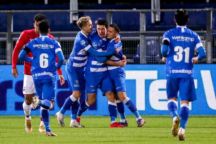 De spelers van PEC Zwolle vieren het vroege doelpunt van Pelle Clement.