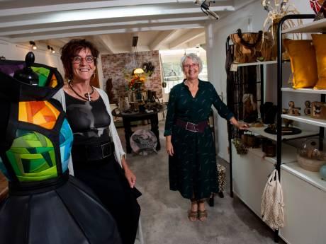 In de Zutphense 'kamer' van Ria en Irene staan cadeaus en kunst kris kras door elkaar: 'Onze winkel zingt rond en dat is prettig'