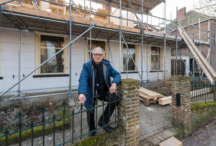 Harrie van Helmond, Dorpsbouwmeester van Nuenen, bij het oude postkantoor dat gerenoveerd wordt tot woning.