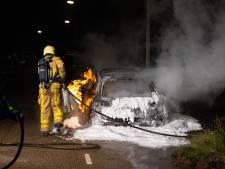 Auto verdwijnt in vlammenzee in Wezep
