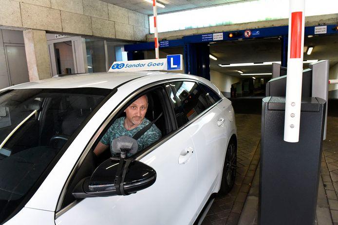 Verkeersrijschool eigenaar Sandor Goes komt met zijn lesauto uit de parkeergarage Castellum.