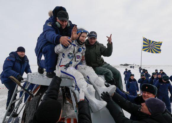 De Russische Sojoez-gezagvoerder Sergej Prokopjev wordt uit de capsule geholpen.