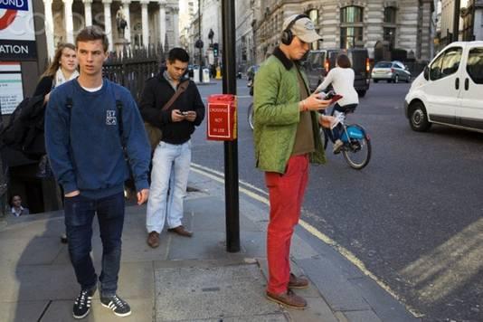 Rode broek, bruine bootschoenen: het plaatje is compleet.