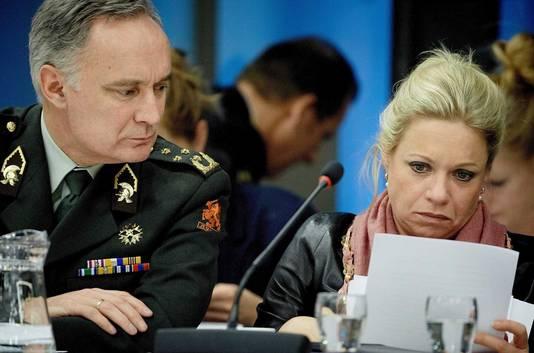 Minister van Defensie Jeanine Hennis-Plasschaert met Commandant der Strijdkrachten Tom Middendorp.