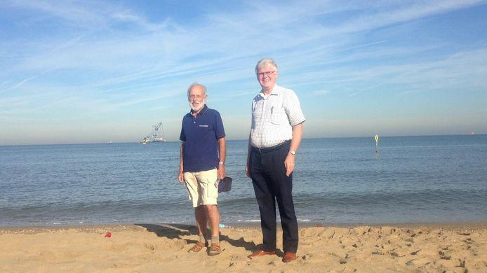 Ras-Scheveninger Maarten Taal en Zoetermeerder Duco Reule met op de achtergrond het eiland dat wordt afgevoerd.