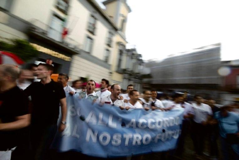 Werknemers van Fiat demonstreren voor het akkoord dat Fiat heeft gesloten met de vakbonden. (FOTO EPA) Beeld EPA