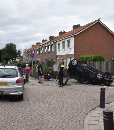 Auto raakt paaltje bij botsing Oldemarkt en eindigt ondersteboven